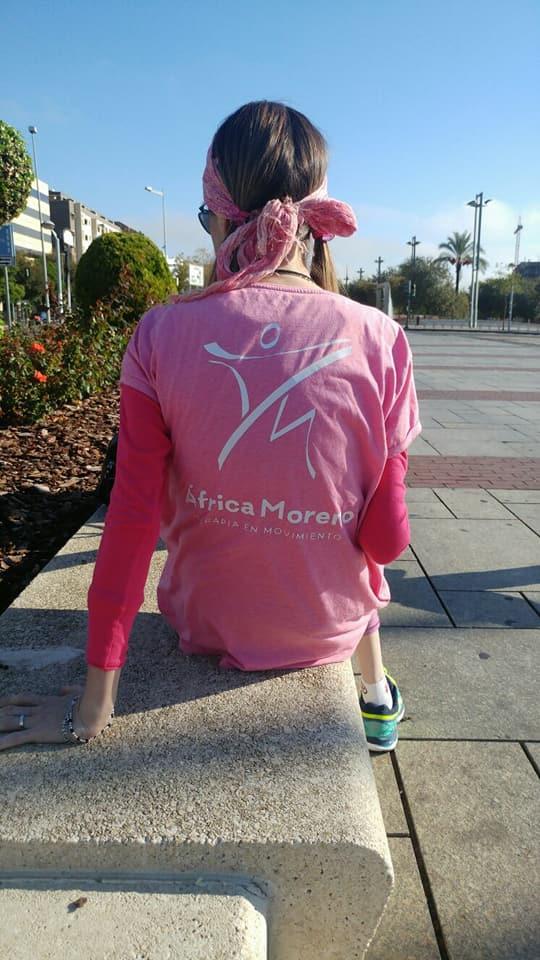 Rosario Cuevas, modelando con la camiseta que usamos en el Espacio de terapia en movimiento.
