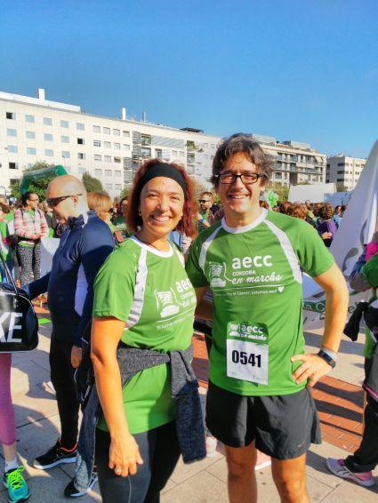 África Moreno con el oncólogo Juan de la Haba, con el que colabora.
